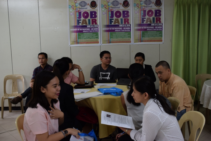 APPLICATION: Employers interviewed applicants and reviewed their resumes for possible hiring. Photo by Reggie Solis and Czar John Demafeliz.